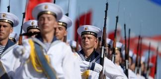 Севастополь: Моряки Черноморского флота во время празднования Дня Военно-морского флота России в Севастополе