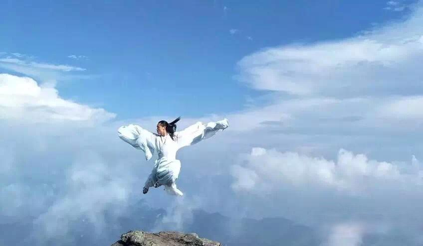 the Taichi master is engaged on the mountain in the clouds