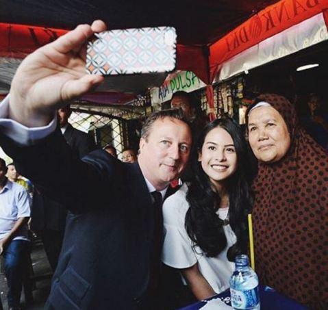 Maudy Ayunda selfie dengan Perdana Menteri Inggris