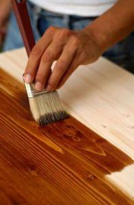 Темный лак по дереву изменяет внешний вид деревянной поверхности