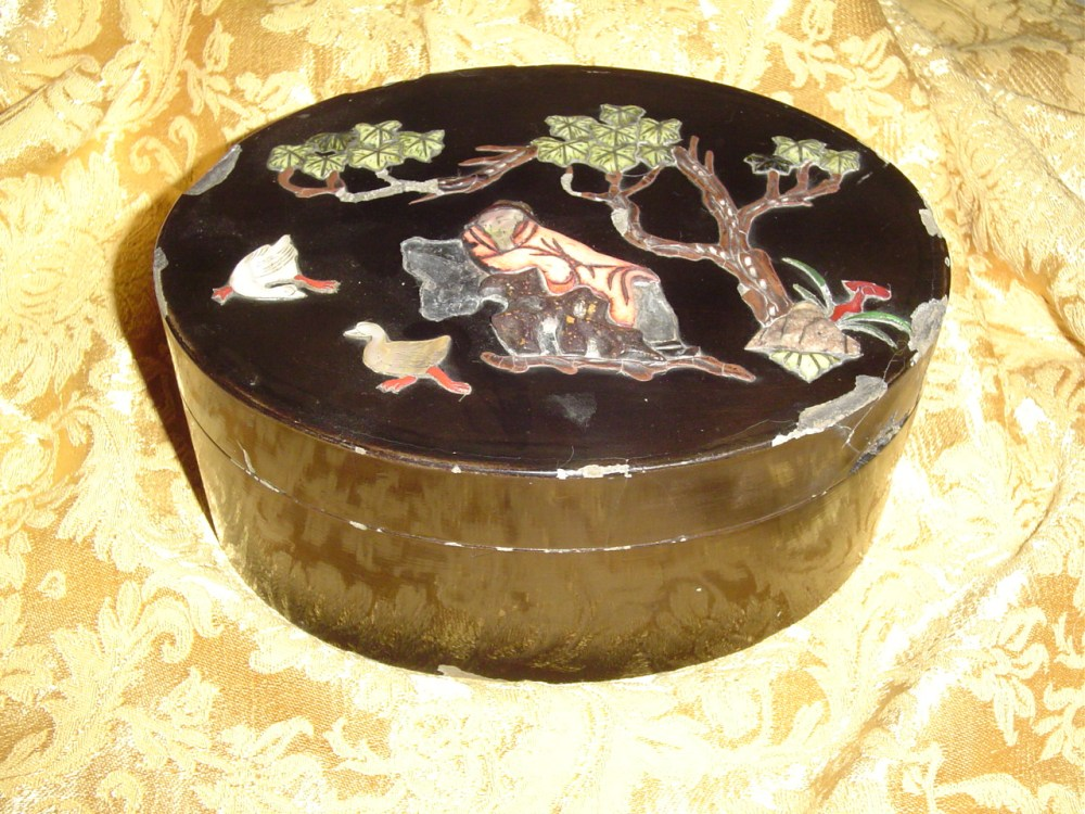 My chinese black lacquer box inlaid with semi-precious stones  (1/6)