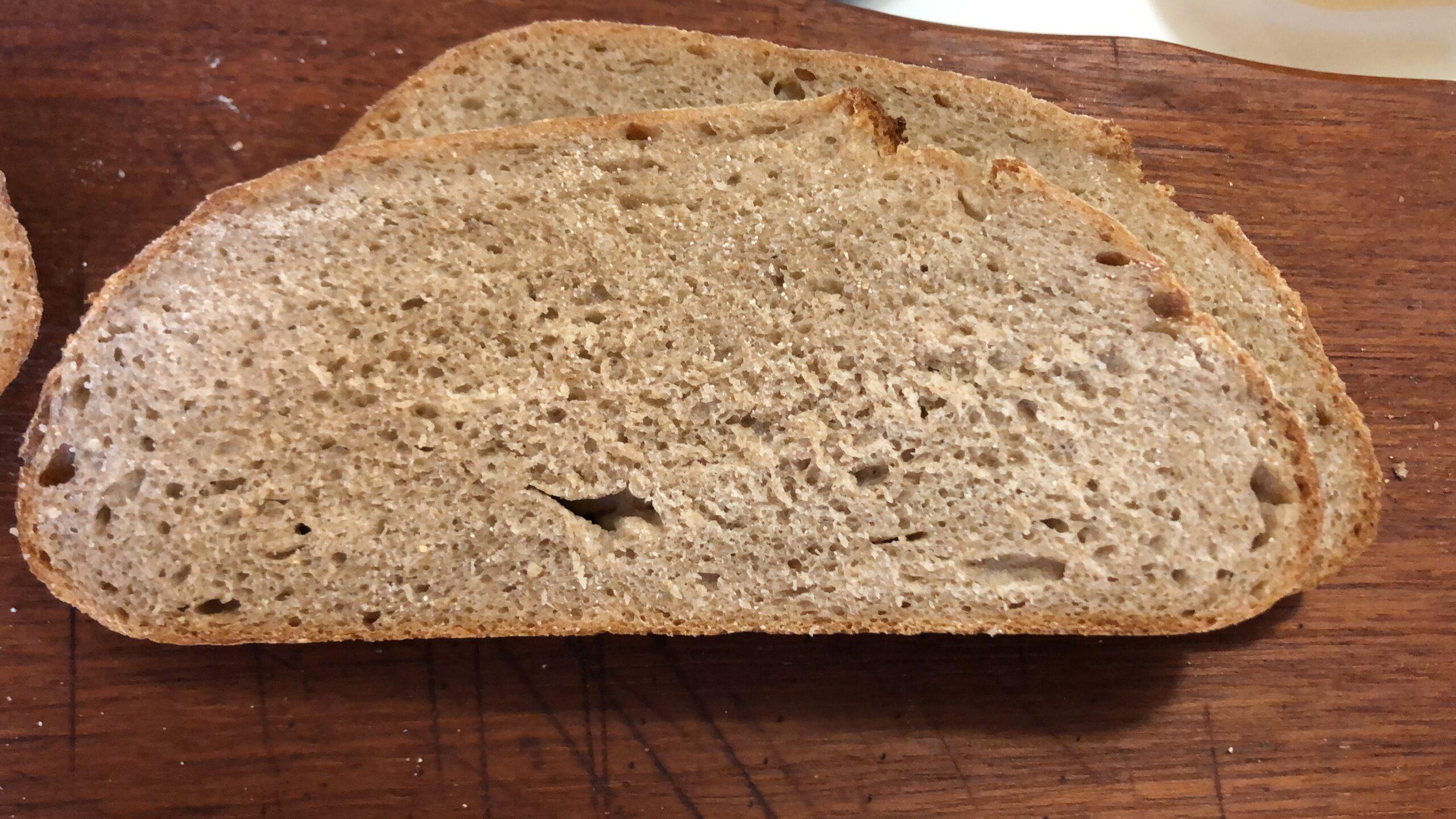Eine Scheibe Brot auf der die weiche, luftige Krume zu sehen ist