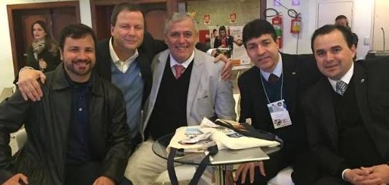 Carlos Fábio, ao centro, abraçado por Lamachia (Foto reproduzida do paraiba.com.br)