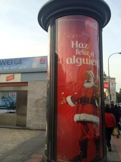 """""""Make someone happy""""--Coca-cola ad in Moncloa."""