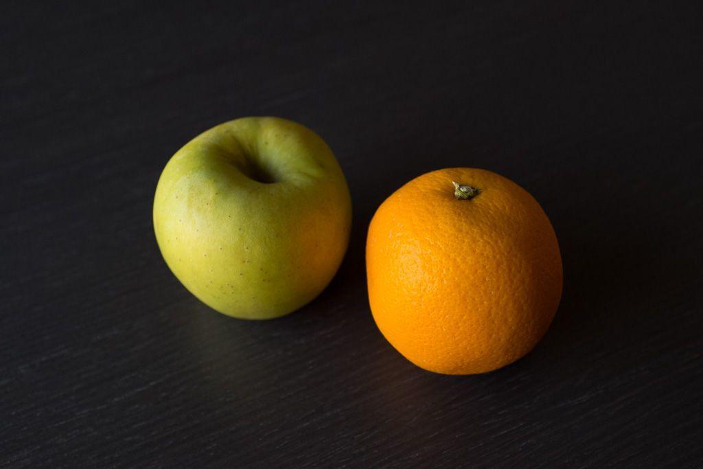 Fotografía subexpuesta de una manzana y una naranja.