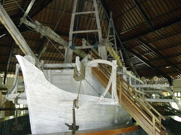 Salah datu kapal yang dipajang di Museum Kapal Borobudur.