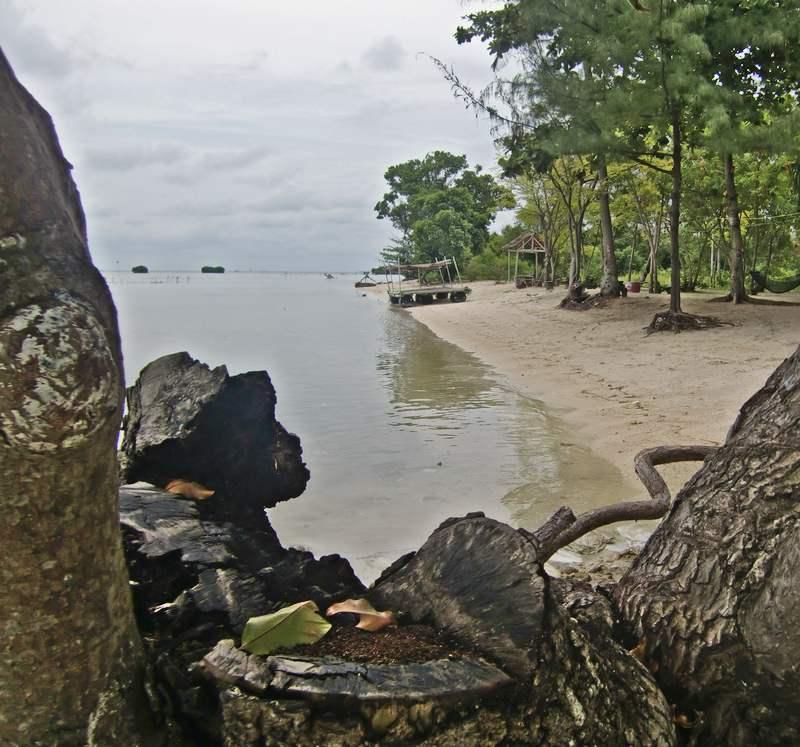 Pantai Kresek Pulau Pari sering dipelesetkan juga dengan sebutan Pantai Keren dan Seksi.