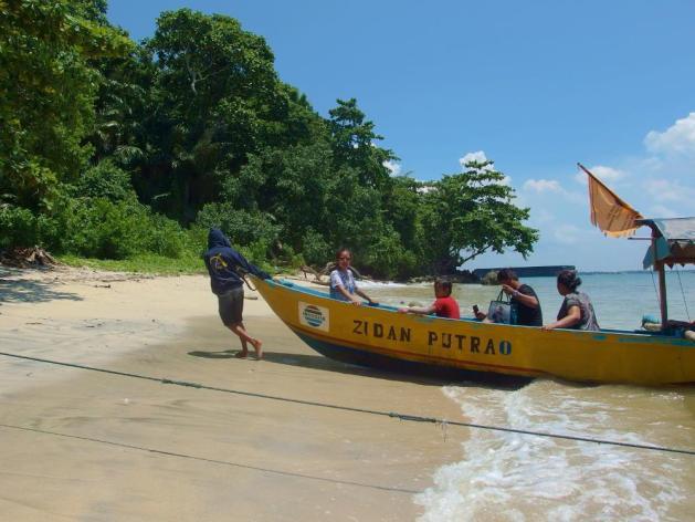 Pantai Karang Bolong digunakan juga sebagai tempat berlabuh wisatawan yang akan hiking di Pulau Nusakambangan.