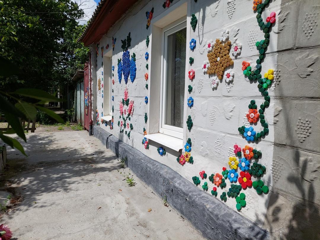 У Кропивницькому стіни будинку прикрасили орнаментами з пластикових кришок2