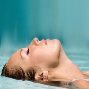 microhydrabrasion-water-woman