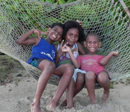 Kinder in der Hängematte auf Fiji