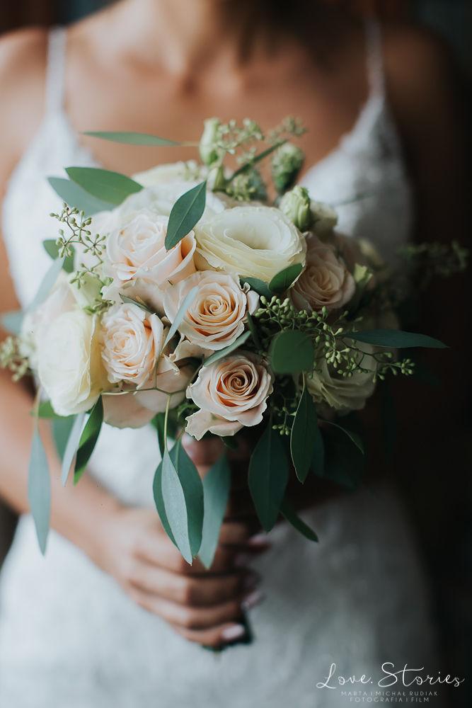 bukiet ślubny pudrowy z róż i eustomy