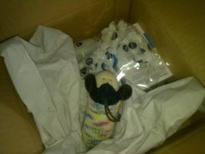 Rudolf beim Entpacken der trnd-Sendung