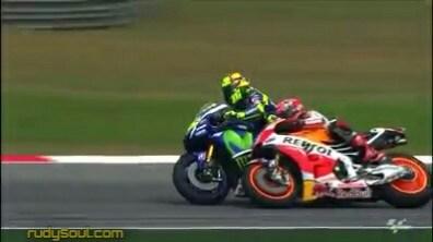 Sebelum jatuh kepala Marquez terlebih dahulu menempel kaki Rossi dan Rossi bermaksud membuang kepala Marquez dari kakinya.