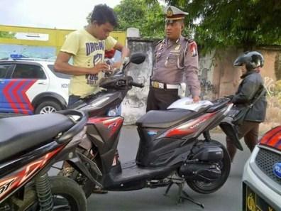 Hati-hati pak Polisi tilang biker yang pasang lampu tembak.