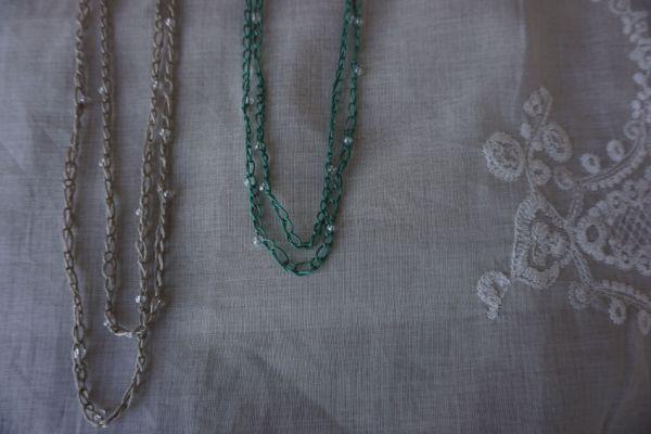 Colliers au crochet avec billes sable et jade