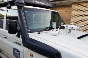 Drohne auf einem Auto