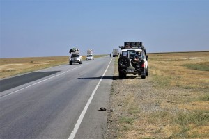 Autos auf Straße in Kasachstan