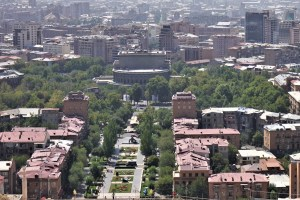 Blick von der Kaskade in Eriwan auf die Oper und die Stadt