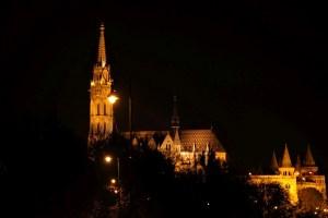 Matthiaskirche und Fischerbastei am Abend
