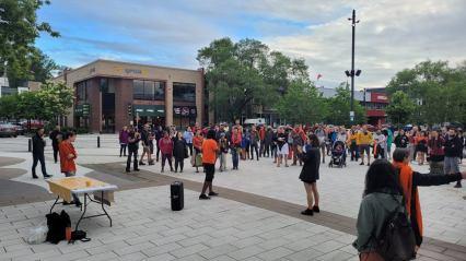 Photo de la Vigile tenue à la Place du Citoyen de Chicoutimi (1ier juillet) - Photo prise par Jean-Simon Gagné-Nepton)