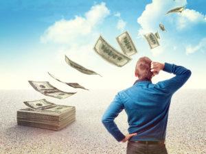 мужчина думает где можно взять деньги