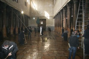 Ortodocşii exercitânduşi dreptul exclusiv de a curăţa Bazilica Naşterii