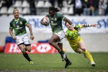 South Africa's Seabelo Senatla (C) runs with the ball during a HSBC Paris Sevens Series rugby match between South Africa and Australia at the Stade Jean Bouin in Paris on May 14, 2016. / AFP PHOTO / PHILIPPE LOPEZ