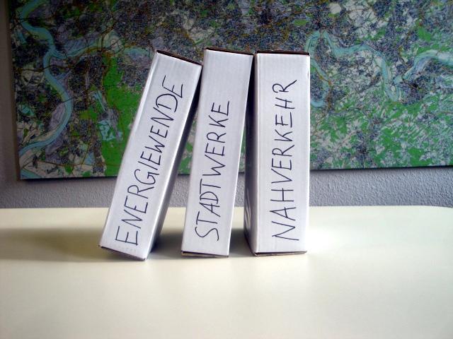 drei beschriftete Dominostein-Kisten