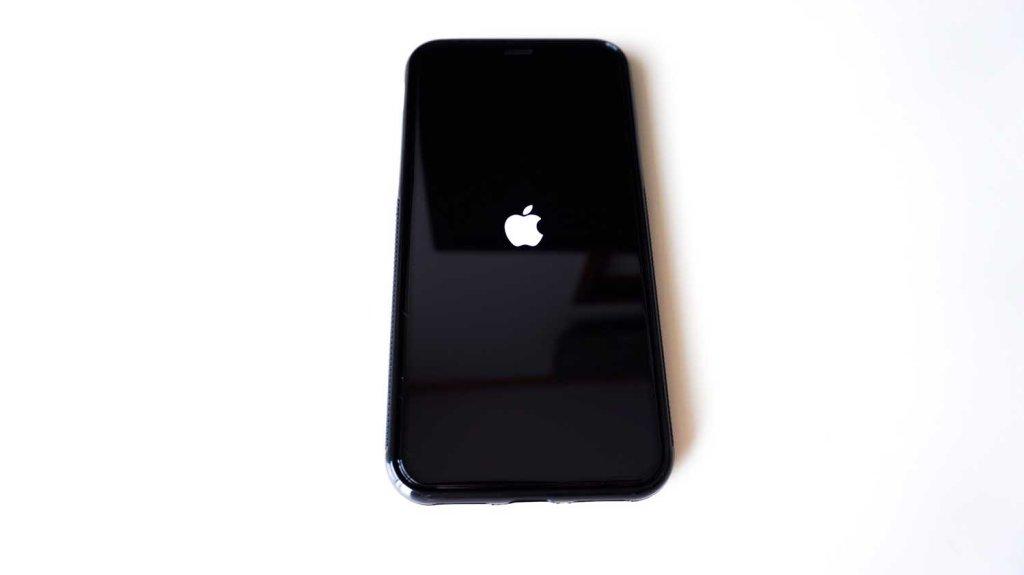 OAprodaのiPhoneX全面保護フィルムを貼った状態