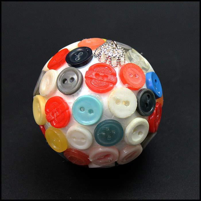 Елочная игрушка из пенопластового шара и пуговиц