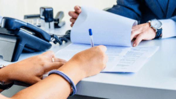 hands 2 1 300x169 - Можно ли отказаться от страховки по ипотеке? Правовые нормы