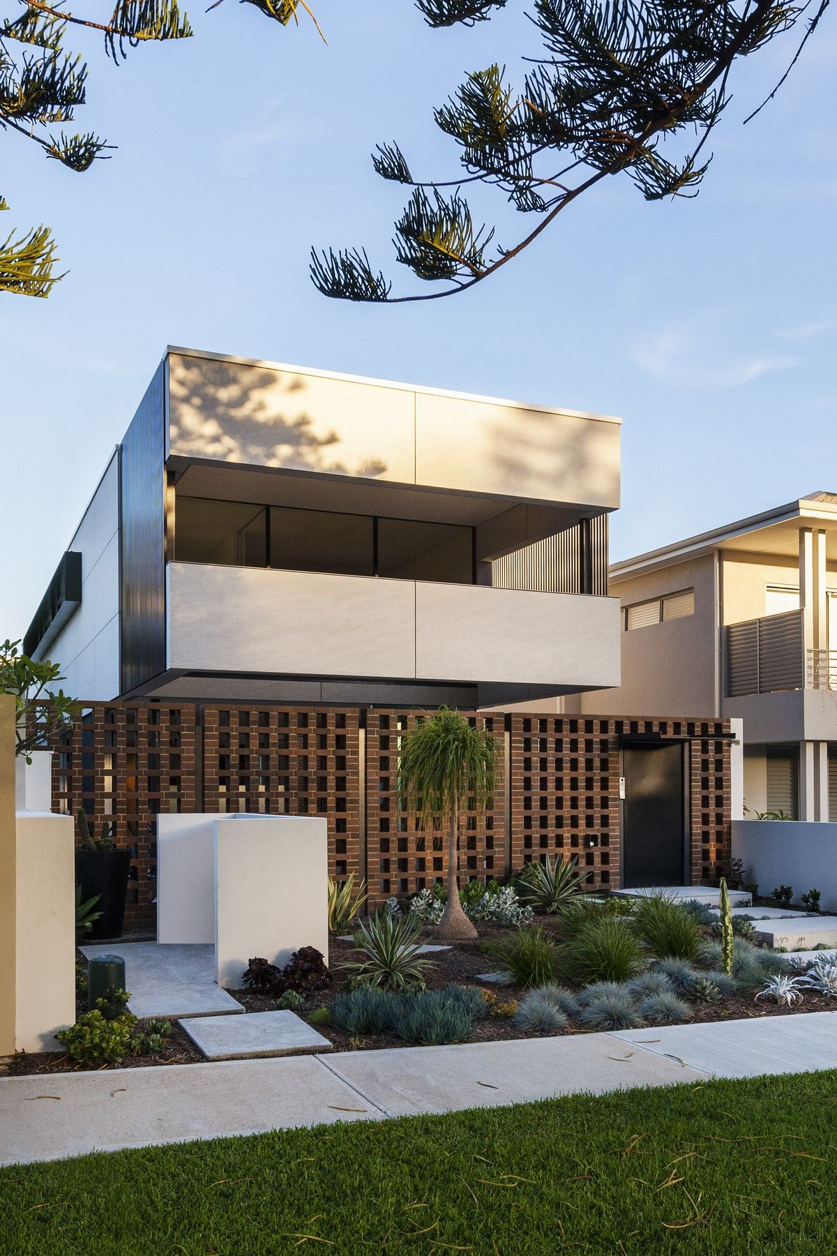 The concept of the Inside Outside House in Perth is to express the site as a room to inhabit Craig Steere Architects created a clear glass box form on the