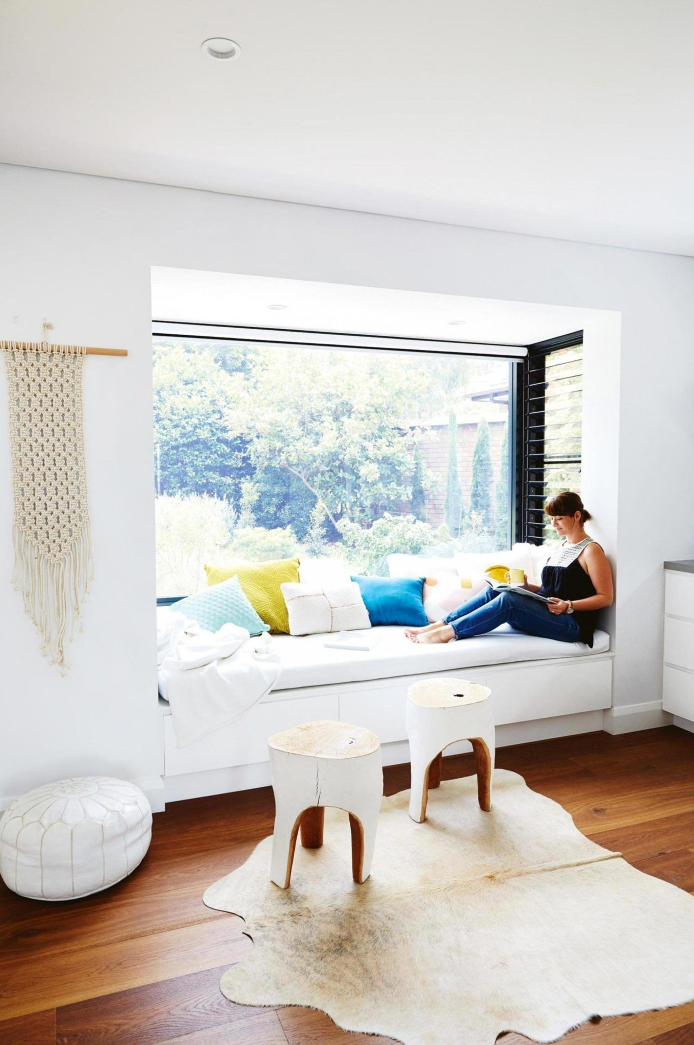 White sunlit window seat reading nook Minimalist Home Luz Natural Natural Light House