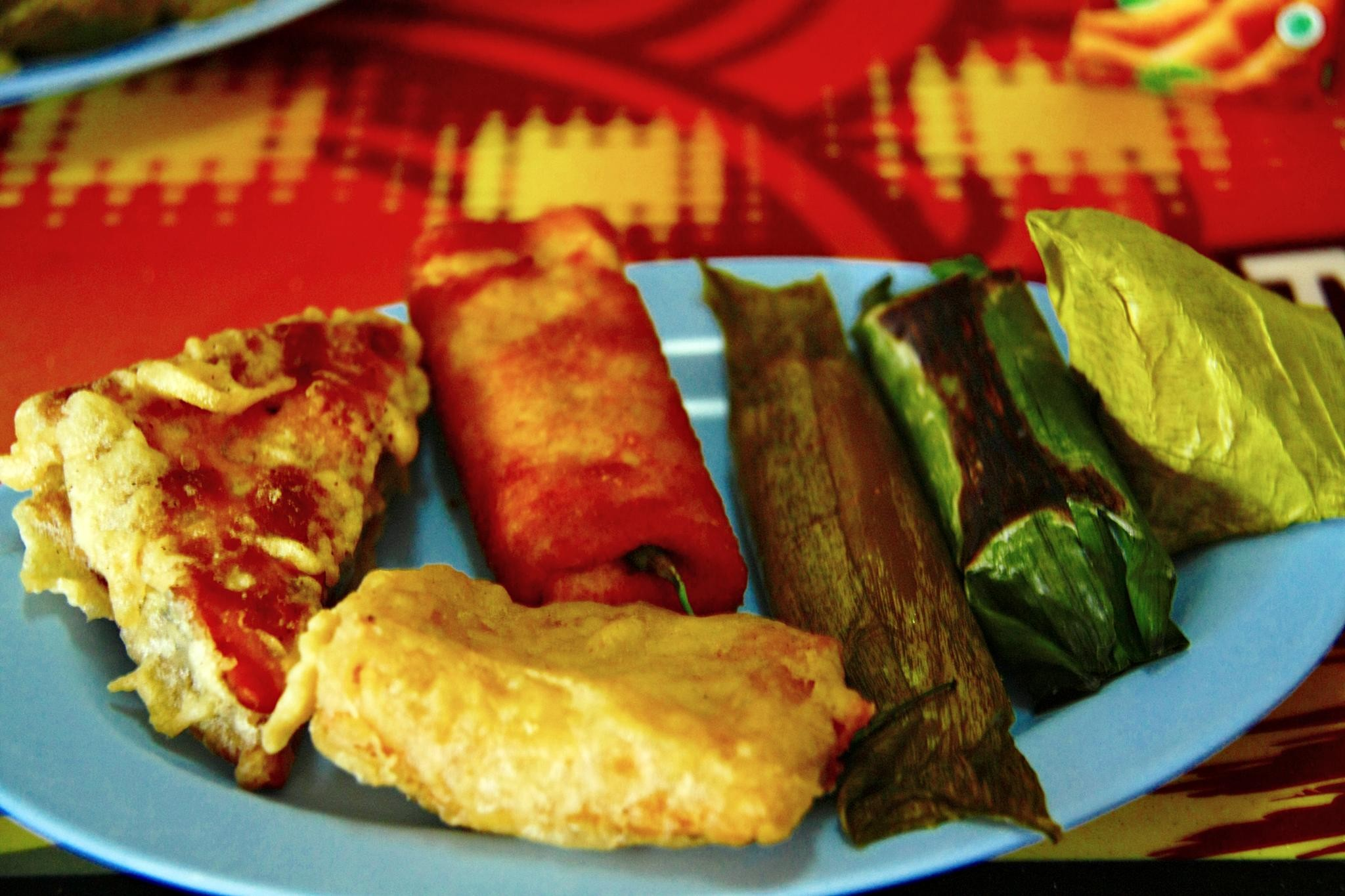 Indonesian snacks such as tahu isi pisang goreng risoles timpan lemper and kue pisang author fitri agung upload Midori 2010