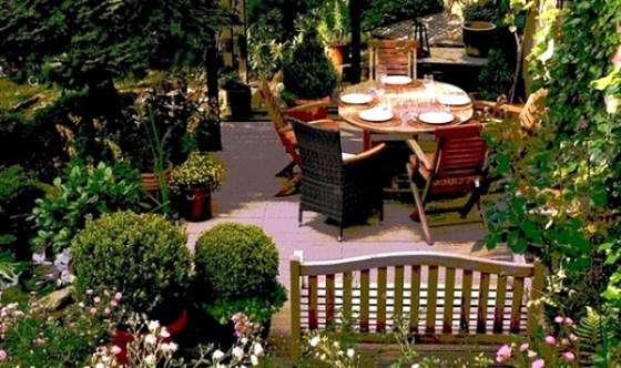 Taman rumah minimalis dengan meja 3 - 15 Contoh Desain Taman Rumah Minimalis Modern Terbaru 2018