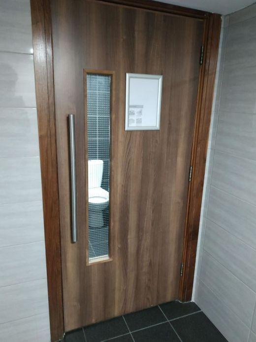 Desain Pintu Toilet 1 - 16 Contoh Kesalahan Desain Toilet yang Jadi Bahan Lelucon Seluruh Dunia