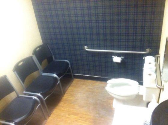 Desain Toilet Ruang Tunggu 1 - 16 Contoh Kesalahan Desain Toilet yang Jadi Bahan Lelucon Seluruh Dunia