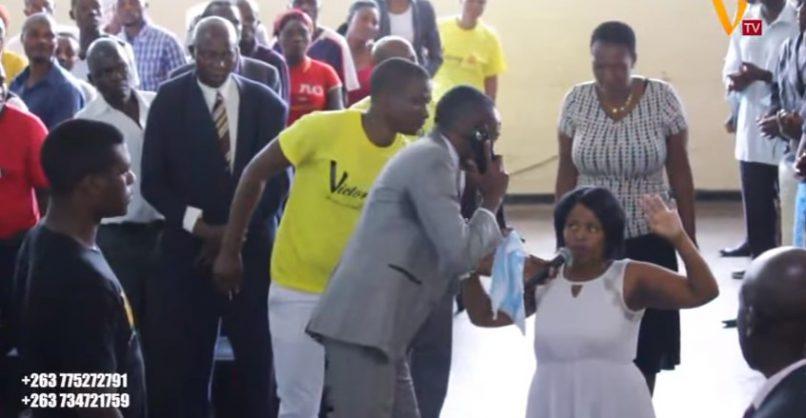 Un predicador africano asegura que puede hablar con Dios por celular