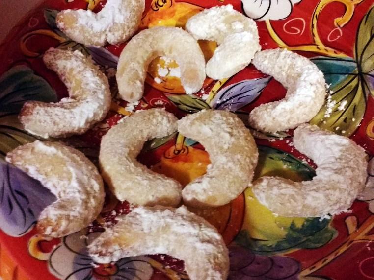 a plate full of Vanillekipferl cookies
