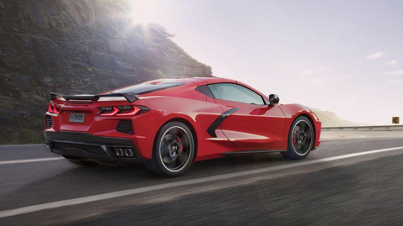 Corvette 2020 rojo cruzando la carretera