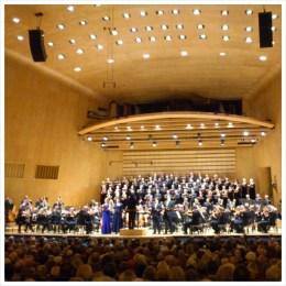 """Beethovens nionde symfoni och massor av folk på scen. Undrar om inte stackarna på översta """"hyllan"""" får svindel?"""