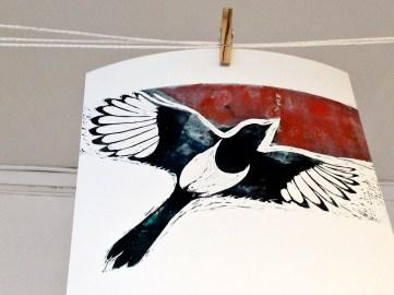 Skatan, en vacker fågel med oförtjänt dåligt rykte. Tryck av Anja Nyström