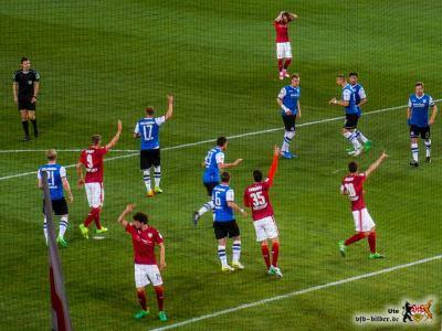 Da geht's lang! Nein, da! Die VfB-Abwehr war nicht immer auf der Höhe. Bild: © VfB-Bilder.de