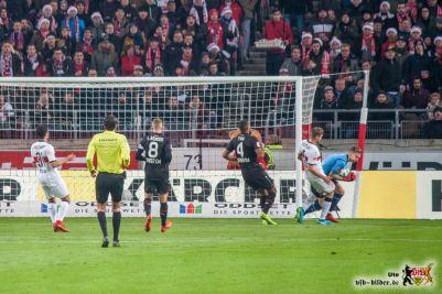 Viel zu häufig: Der Torwart ist vor dem VfB-Stürmer am Ball. Bild: © VfB-Bilder.de