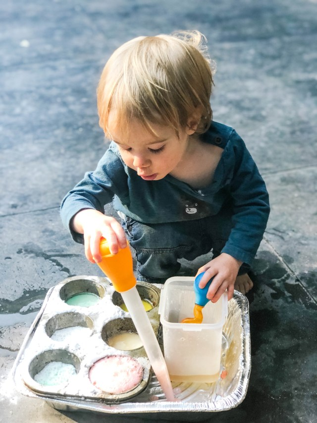 baking soda and vinegar sensory play