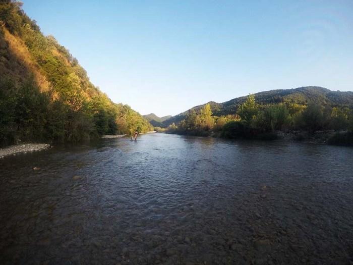 Περπάτημα πεζοπορία στο ποτάμι