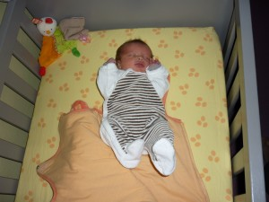 bébé dans un grand lit