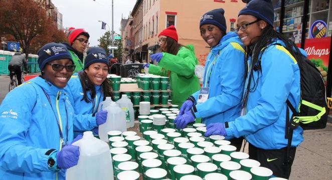 L'organisation fournit eau et Gatorade au ravito - crédit photo : NYRR