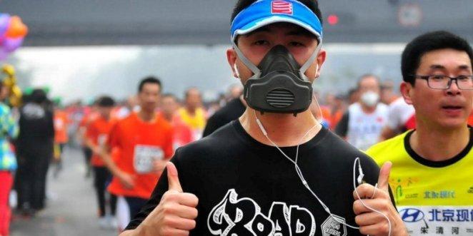 Coureur masqué pour se protéger de la pollution au marathon de Pékin